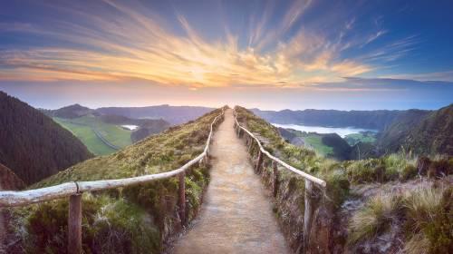 Fjelllandskap med tursti og utsikt over vakre innsjøer Ponta Delgada, Sao Miguel Island, Azores, Portugal.