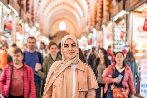 Kvinne i Grand Bazaar, Istanbul, Tyrkia