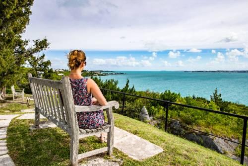 Jente på benk, Hamilton Island Bermuda